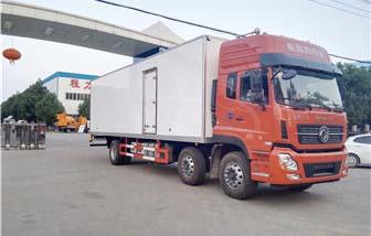 东风天龙小三轴冷藏车厢长9.4米